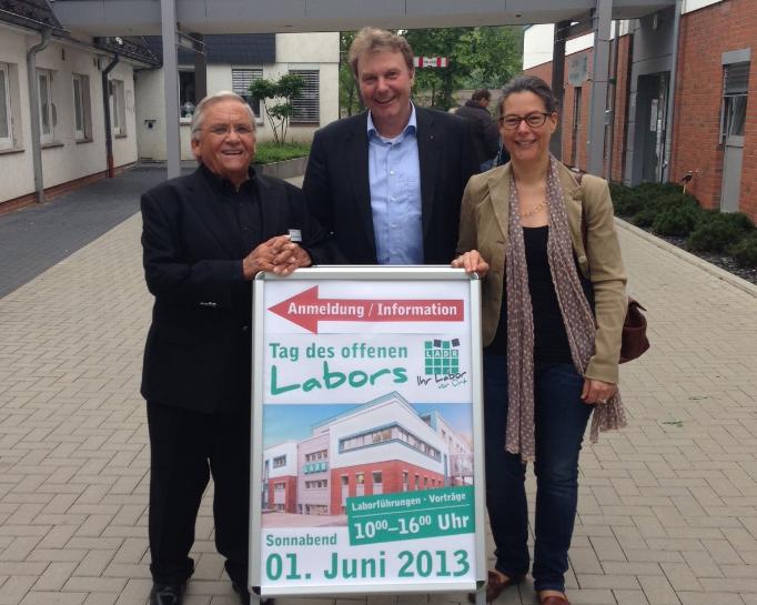 v.l.n.r.: Firmeninhaber Dr. med. Detlef Kramer, MdL Olaf Schulze und Nina Scheer