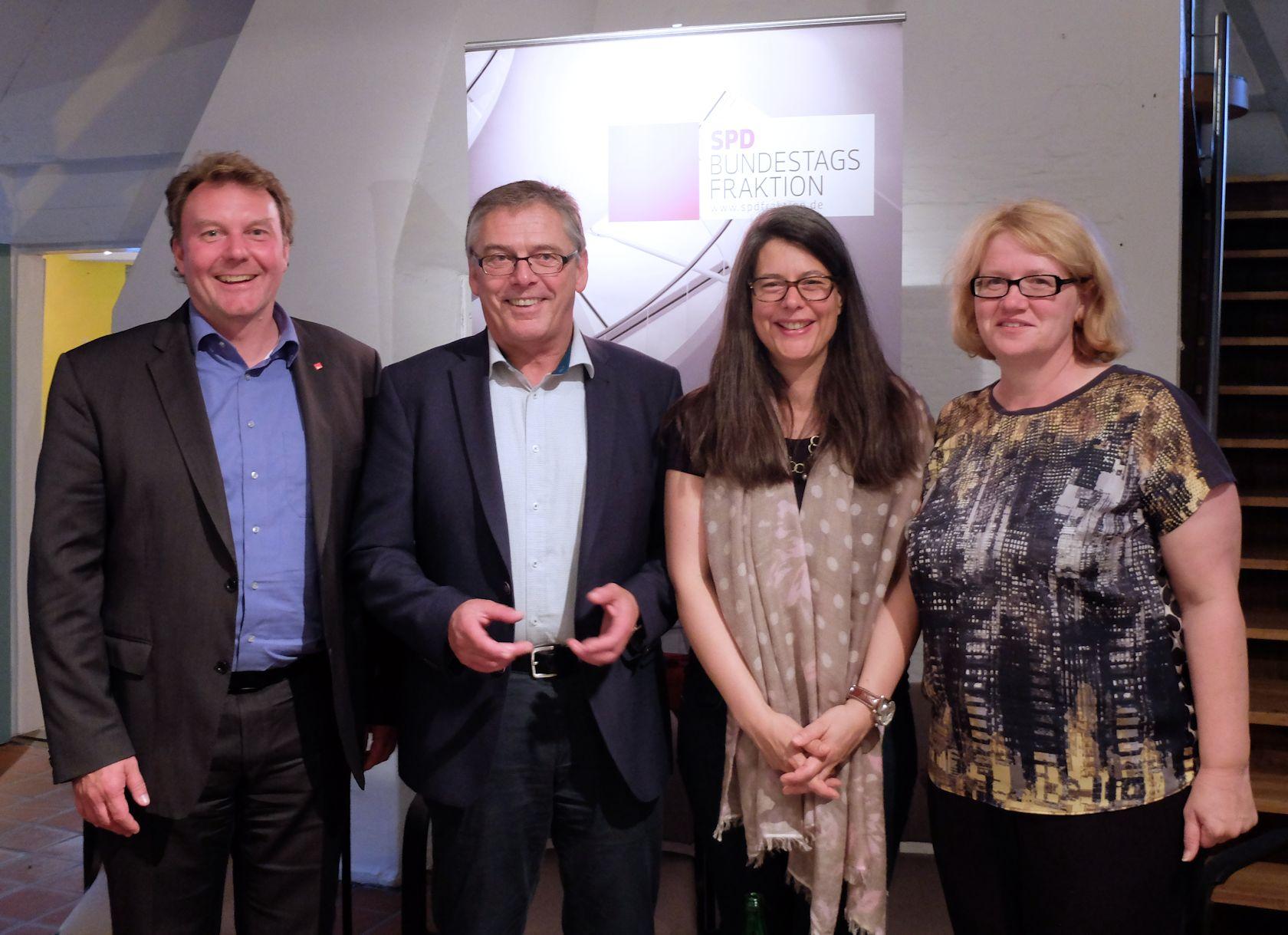 v.l.: Olaf Schulze, Uwe Polkaehn, Nina Scheer, Anette Kramme