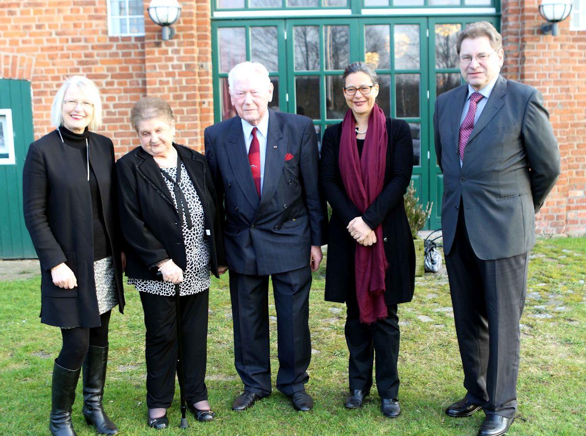 Foto (v.l.n.r.): Gabriele Hiller-Ohm, Margret Hinz, Karl-Heinz Hinz, Nina Scheer, Manfred Matzke (Foto: J.Burmester, LN)