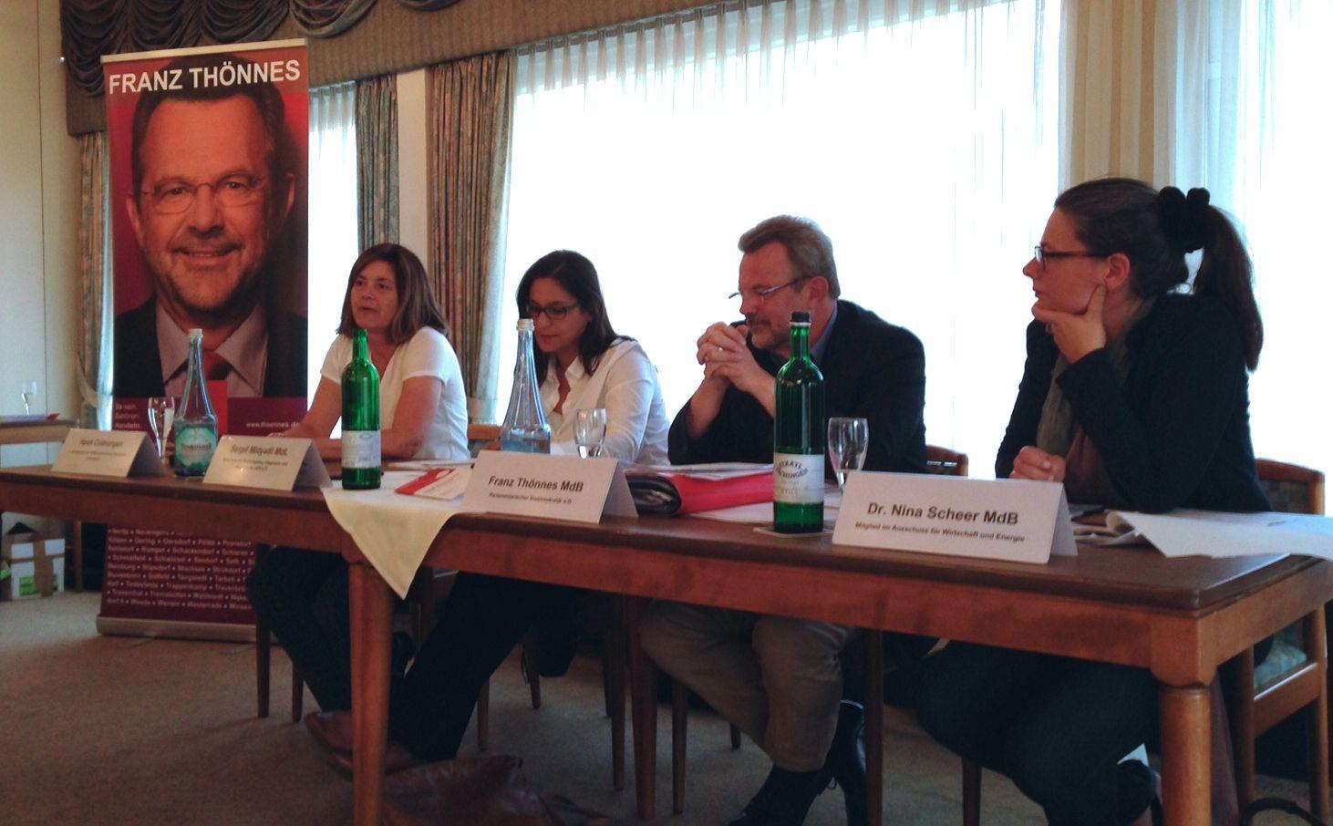 (v.l.n.r.): Heidi Colmorgen (1. Vorsitzende Willkommens-Team Henstedt-Ulzburg), SPD-MdL Serpil Midyatli, SPD-MdB Franz Thönnes und SPD-MdB Dr. Nina Scheer.